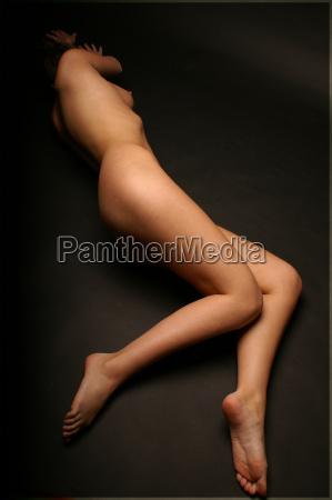 donna gambe nudo femminile pelle menzogna