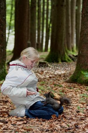natura imboccare scoiattolo amore per gli