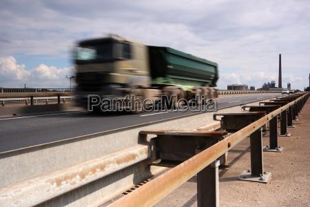 traffico trasporto camion strada veloce velocita