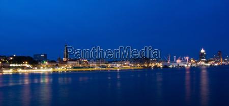 panorama notturno nel porto
