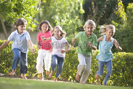 cinque giovani amici che eseguono allaperto