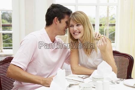 giovani coppie che godono hotel pasto