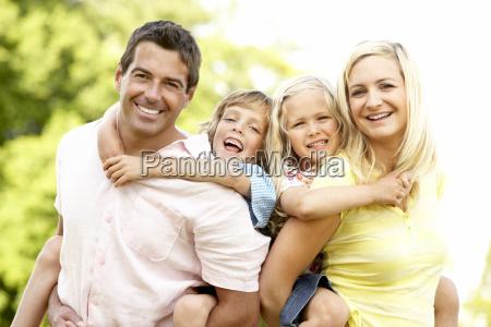 divertimento della famiglia della campagna