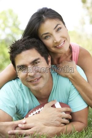 coppie in sosta con football americano