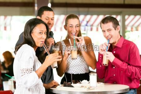 amici che bevono caffe latte e