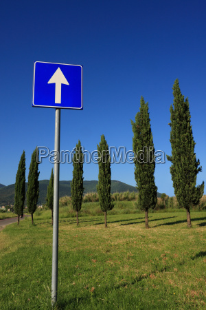 segnale direzione cartello stradale dritto freccia