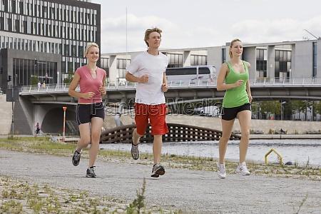 junge menschen die durch joggen stadtberlindeutschland22