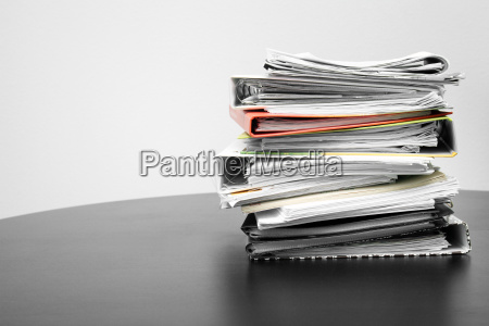 pila di cartelle e documenti sul