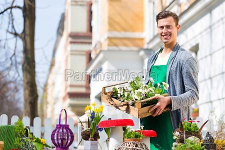 fiorista con la consegna piante
