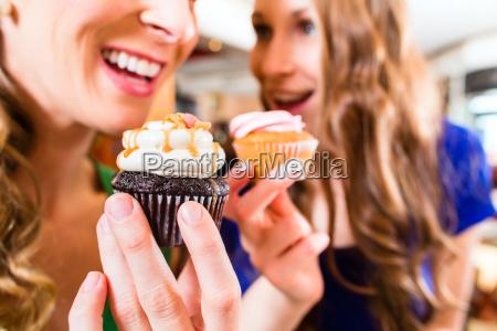donne che mangiano muffin bevono il