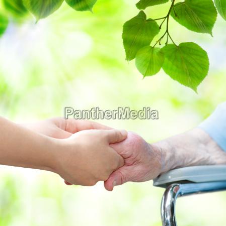 donna maggiore in sedia a rotelle