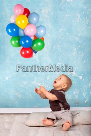 ragazzino gioca con palloncini