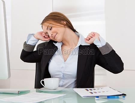 imprenditrice stretching in ufficio