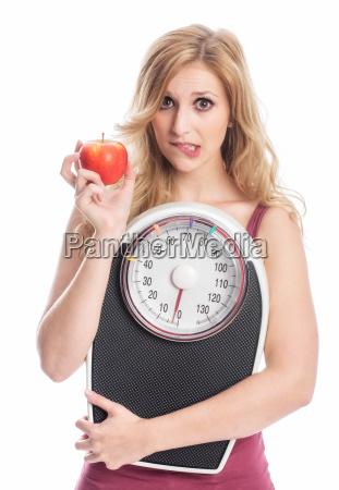 donna con scale e la mela