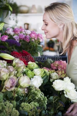 donna accordo avoro interno fiore fiori