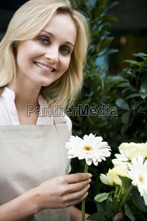 donna risata sorrisi avoro giardino fiore