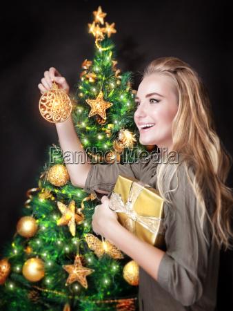 ragazza, felice, che, decorano, albero, di - 13187000