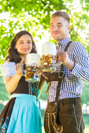 coppia tedesca in costume con birra