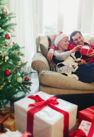 coppia coccole sul divano con il