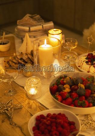 il cibo e decorazioni su tavola