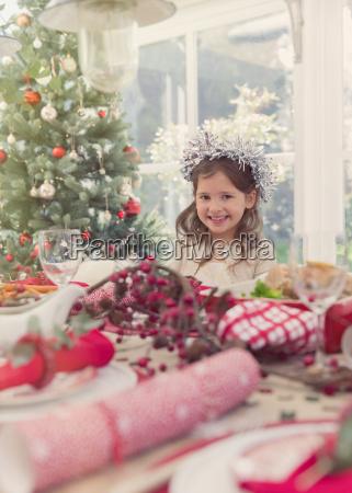 ritratto sorridente ragazza a tavola di