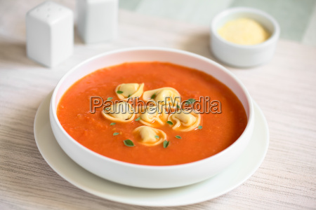 zuppa di pomodoro con tortellini