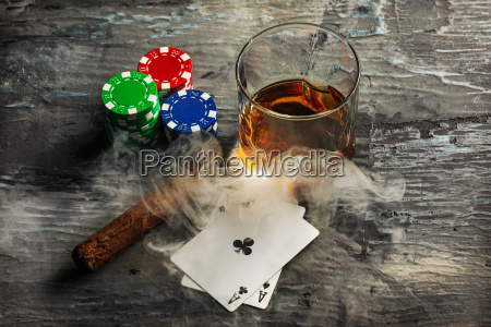 sigaro banca blu bicchiere oggetti bere