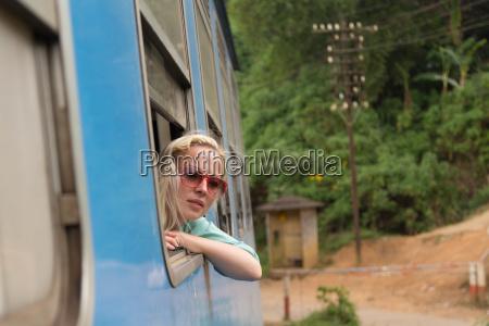 donna treno veicolo mezzo di trasporto
