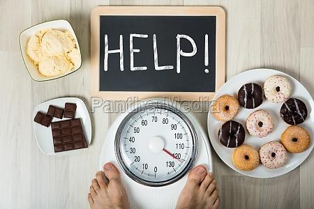 luomo che misura il suo peso