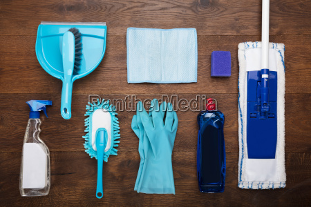 attrezzature per la pulizia su scrivania
