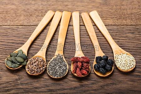 superfoods in cucchiai di legno