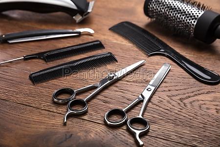 uno strumento di parrucchiere sulla scrivania