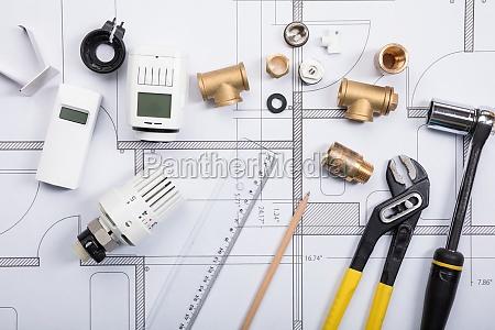 termostato con strumenti di lavoro sui