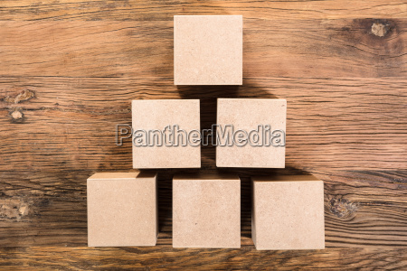 il cubo di legno e disposto