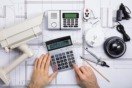 ingegnere maschile che utilizza calcolatrice con